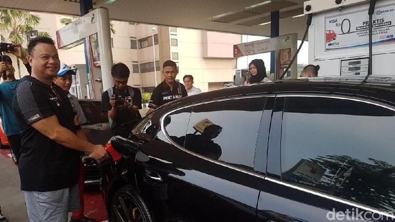 Porsche Club Indonesia mengisi Pertamax Turbo yang Sudah Euro4. Foto: Rangga Rahadiansyah