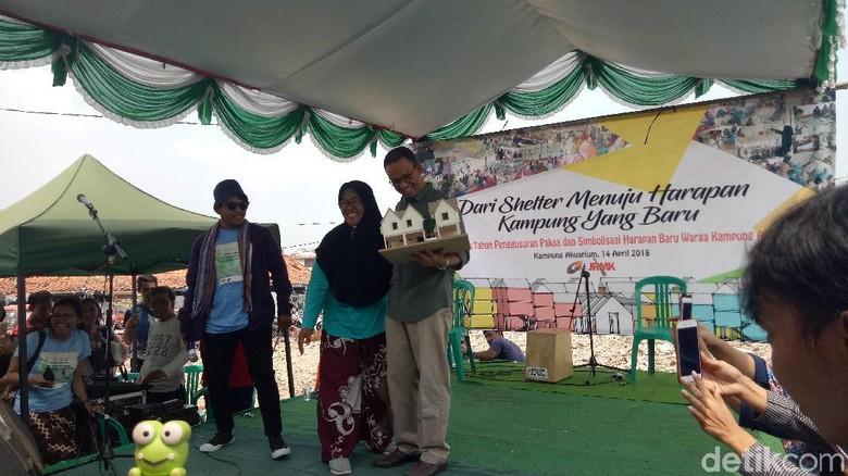 Menangis, Warga Serahkan Maket Kampung Akuarium ke Anies