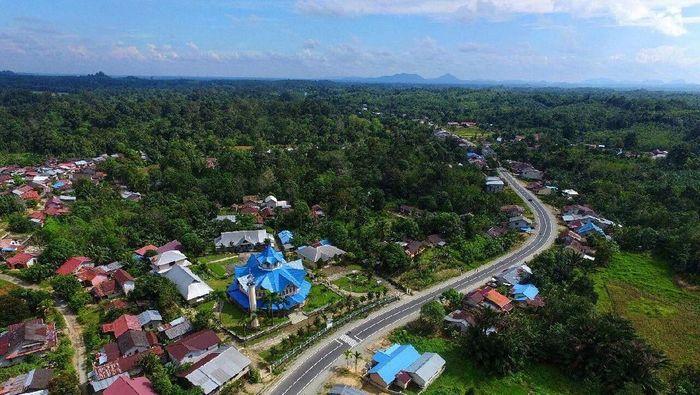 Pemerintah meningkatkan kualitas sekaligus membangun jalan perbatasan dengan Malaysia di Provinsi Kalimantan Barat.Foto: Dok. PT Wijaya Karya (Persero) Tbk