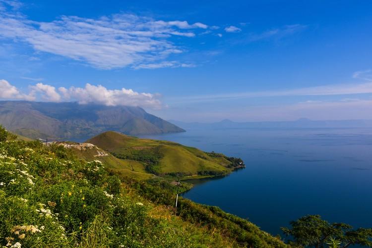 Pemerintah melebarkan memelihara jalan lingkar Samosir untuk mendukung Danau Toba sebagai Kawasan Strategis Pariwisata Nasional.