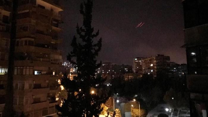 Penampakan tembakan antirudal di Damaskus, Suriah (REUTERS/Feras Makdesi)