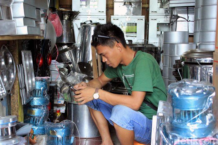 Seorang pedagang menanti pembeli