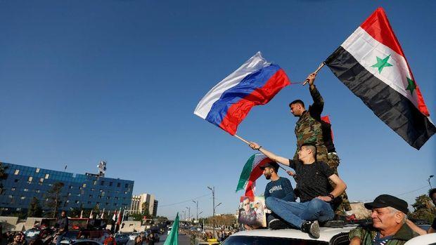 Warga Suriah memprotes serangan AS ke negaranya.