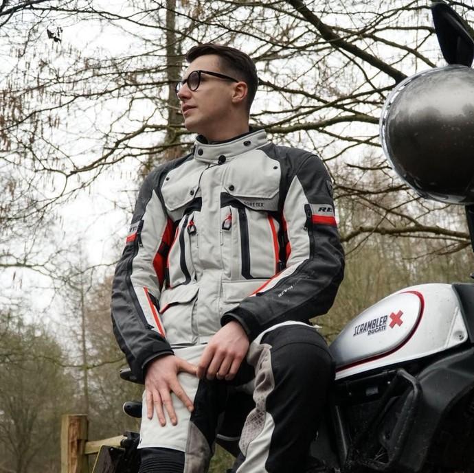Mau Temani Rider Ganteng Ini Keliling Dunia Pakai Motor?