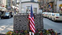 Pos jaga Checkpoint Charlie di area Tembok Berlin (Thinkstock)