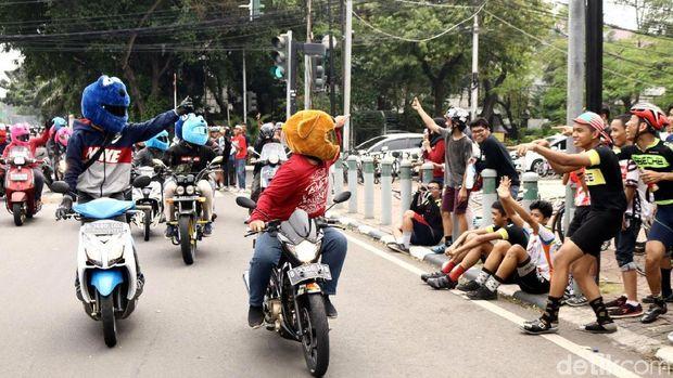 Keluarga Elmo menghibur pengguna jalan