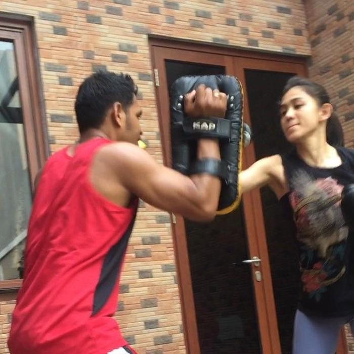 Terlihat di akun media sosial miliknya, beberapa kali ia mengunggah foto saat sedang melakukan latihan fisik. Foto: Instagram @athirafarina