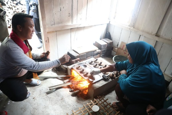 Di Pulau Pisang kamu juga isa melihat tempat pembuatan kain tenun Tapisdan pembuatan serabi. (Mercy Raya/detikTravel)
