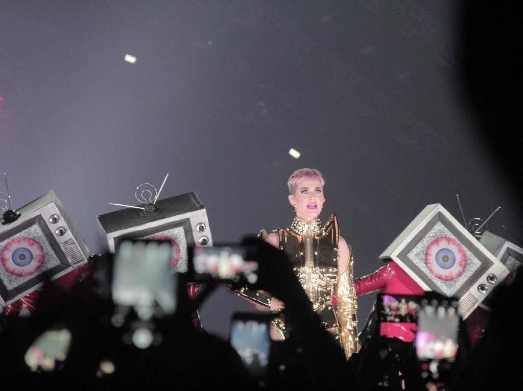 Jijik Banget... Katy Perry Dapat Chicken Nugget Busuk dari Fans Indonesia
