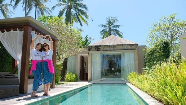 Anindya Putri berfoto dengan Huong Pham (Miss Vietnam) di tepi kolam resor mereka. Setelah ini mereka ngapain lagi ya? (anindyakputri/Instagram)