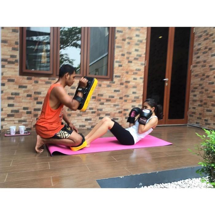Latihan fisik yang ia lakukan, mulai dari boxing, push up hingga yoga. Foto: Instagram @athirafarina