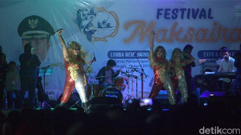 Kehadiran 3 Srigala semakin memeriahkan Festival Maksaira 2018 di Kepulauan Sula, Maluku Utara. Mereka khusus didatangkan dari ibukota untuk meramaikan festival (Randy/detikTravel)