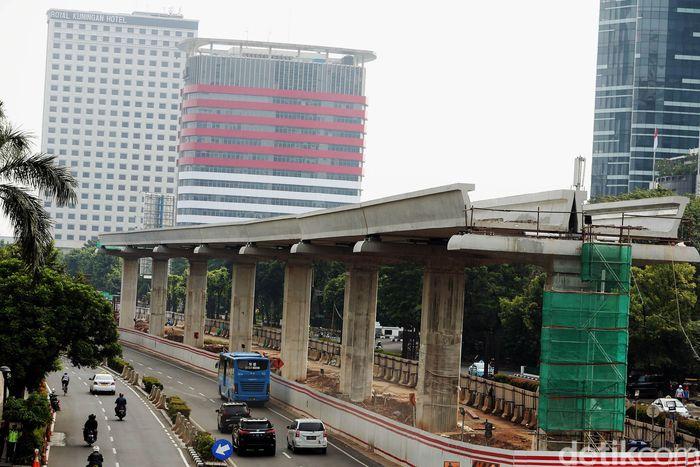 Lintasan LRT sudah terpasang di Jalan Rasuna Said, Jakarta.