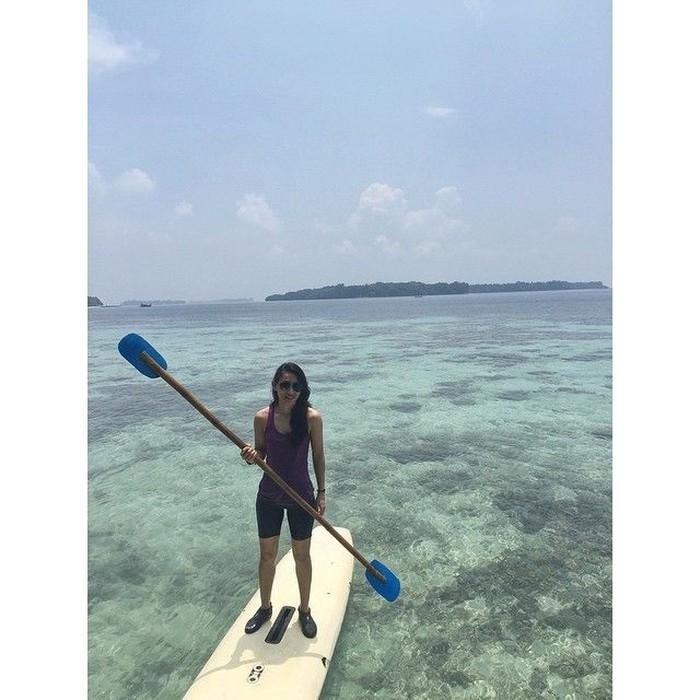 Seperti berenang, menyelam, dan stand up paddling. Foto: Instagram @athirafarina