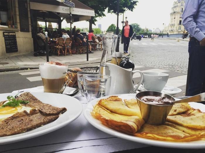 Sedang liburan ke Eropa, Samuel Zylgwyn terlihat sedang menikmati brunch di salah satu kafe. Terlihat ada pancake dengan paduan telur dan juga selai cokelat. Foto: Instagram @samuel_zylgwyn