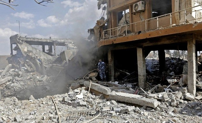 Pusat penelitian Suriah di Barzeh luluh lantak setelah dirudal Amerika Serikat cs. (Foto: Louai Beshara/AFP)