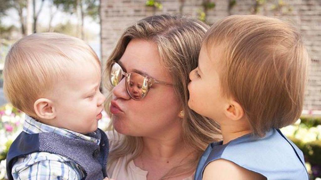 Foto-foto Menggemaskan River dan Remy, Anak Kelly Clarkson