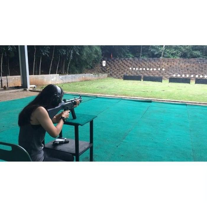 Latihan menembak ternyata juga dilakukan oleh Athira Farina lho! Foto: Instagram @athirafarina