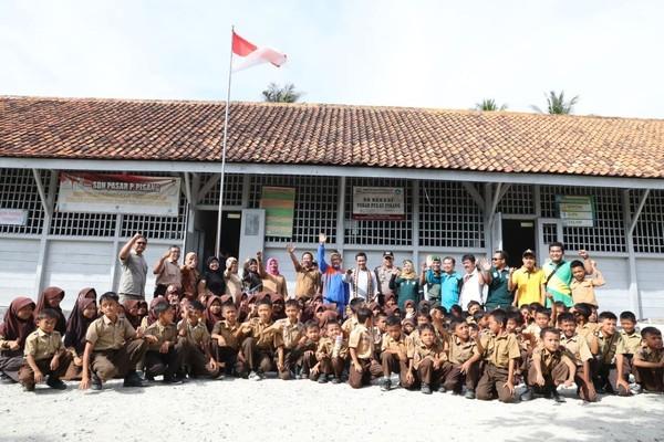 Sekolah ini awalnya bernama Sekolah Rakyat. Saat ini sekolah tengah mendidik kurang lebih 100 anak asli Pulau Pisang dari kelas 1 sampai 6 SD. (Mercy Raya/detikTravel)