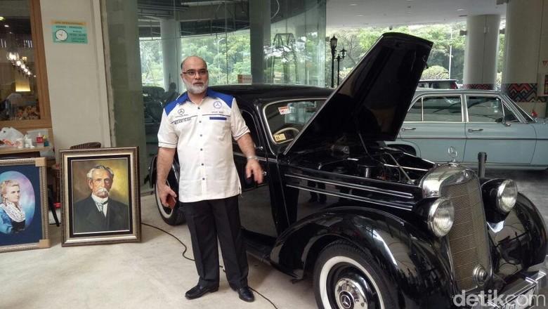 Duta Besar Arab Saudi Usamah Muhammad Al-Syuaiby berpose dengan salah satu mobil yang dipamerkanFoto: Kedutaan Besar Arab Saudi