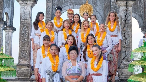 Sebanyak 14 alumni Miss Universe 2015 menghabiskan waktu di Karangasem, Bali. Mereka pun mengenakan pakaian tradisional Bali. (anindyakputri/Instagram)