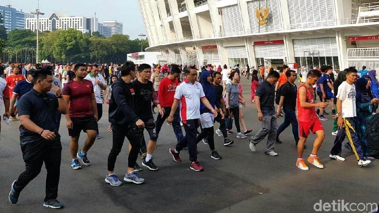 Pejabat dan Penonton Jalan Kaki ke Upacara Pembukaan Asian Games