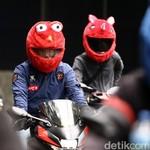 Menggemaskan, Pemotor Berhelm Elmo Bikin Heboh di Jalanan