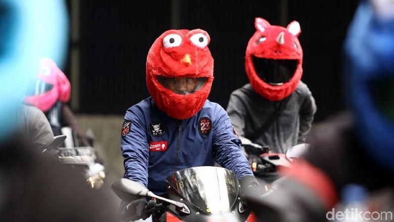 Pengendara motor dengan helm Elmo (Foto: Rifkianto Nugroho)