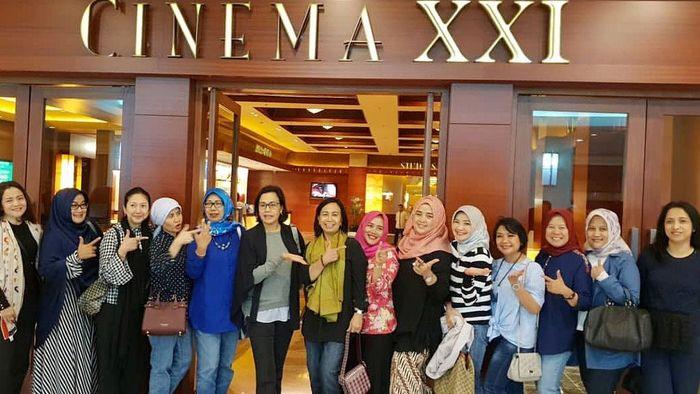 Tepatnya malam Minggu, kemarin Sri Mulyani bersama tim Kementerian Keuangan (Kemenkeu) dan pasangannya nobar midnite di salah satu bioskop di Jakarta. Istimewa/IG Sri Mulyani@smindrawati.