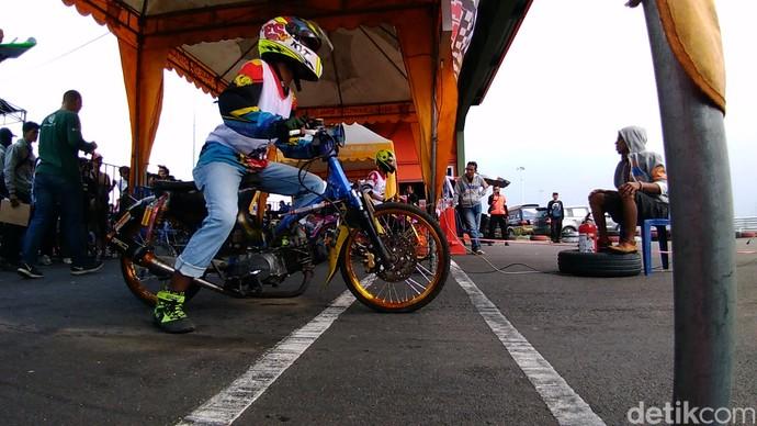 Motor Jadul Honda Adu Kebut Drag Race