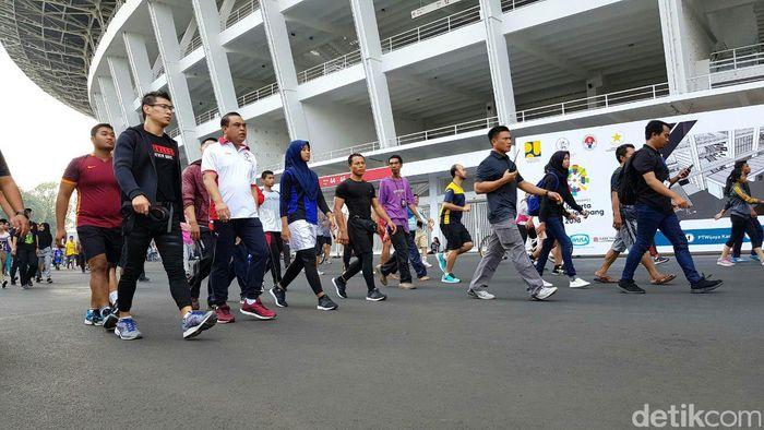 Jalan santai tersebut dalam rangka menggelorakan penyelenggaraan Asian Games 2018, dimana Indonesia menjadi tuan rumah.