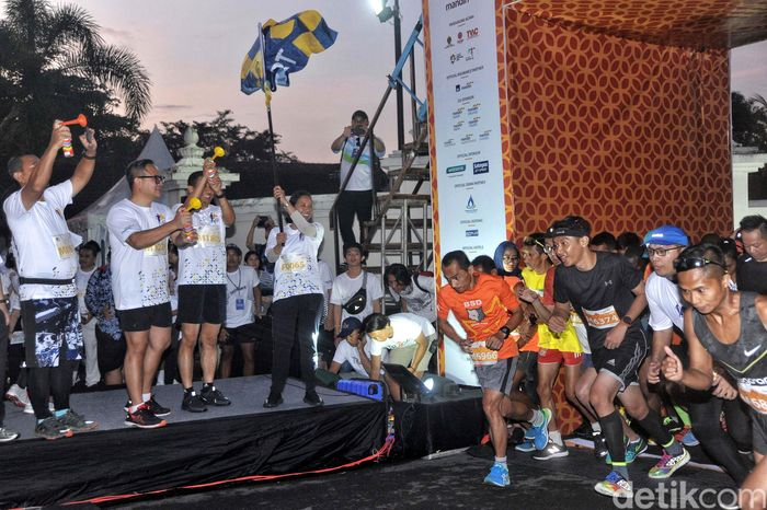 Rini melepas peserta lomba lari Mandiri Jogja Marathon, Minggu (15/4/2018).