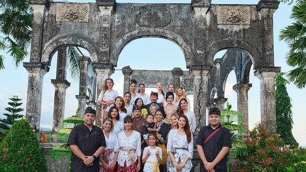Mereka disambut Bupati Karangasem IGA Mas Sumatri dan Sekda Karangasem Gede Adnya Mulyadi. Foto ini diambil di Taman Ujung, Sukasada, Karangasem. (anindyakputri/Instagram)