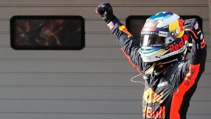 Pebalap Red Bull Daniel Ricciardo memenangi Grand Prix Formula 1 China 2018 di Sirkuit Shanghai, Minggu (15/4/2018). (Foto: Aly Song/Reuters)
