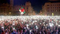 Lautan Cahaya Lampu Ponsel di Demo Anti-Pemerintah Hongaria
