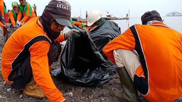 1.000 Petugas Pemprov DKI Gempur Sampah di Teluk Jakarta