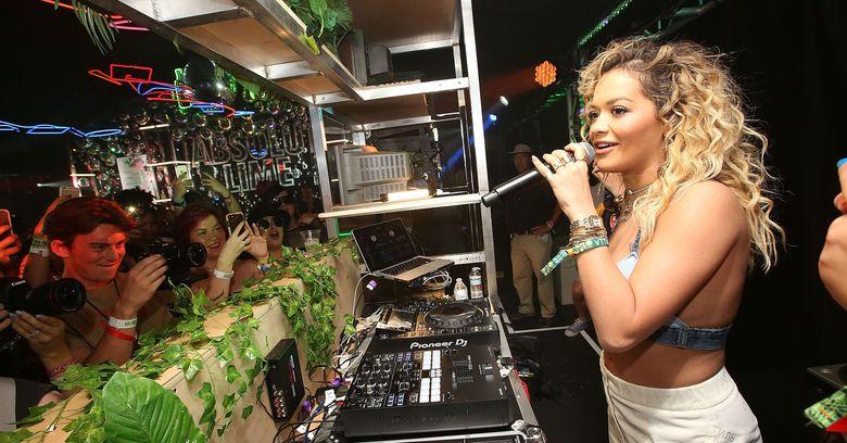 Rita Ora dengan seperangkat alat DJ menjadi makin menarik perhatian para pengunjung. Foto: Jesse Grant/Getty Images