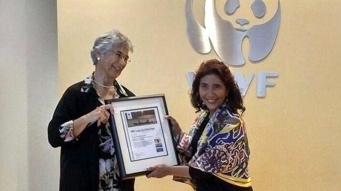 Penghargaan pertama diterima oleh Menteri Kelautan dan Perikanan Susi Pudjiastuti di tahun 2016 yang diganjar sebagai Leaders for a Living Planet dari World Wildlife Fund (WWF) pada September 2016 di Washington DC. (Foto dok. KKP).