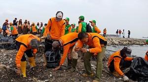 Foto: Aksi Gempur Sampah di Teluk Jakarta