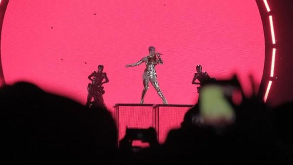 Ajak Penonton ke Panggung, Katy Perry Belajar Bahasa Indonesia