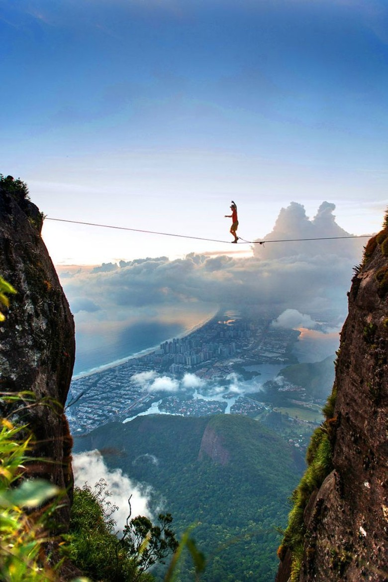 Menyebrangi gunung dengan seuntai tali. (Foto: seenox/Brian Mosbaugh)