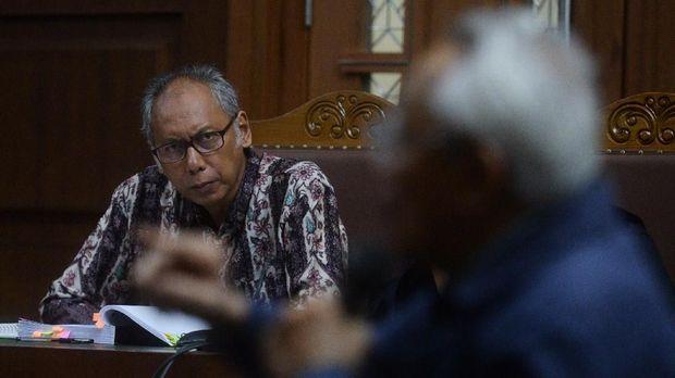 Terdakwa kasus perintangan penyidikan korupsi e-KTP, Bimanesh Sutarjo (kiri), di Pengadilan Tipikor Jakarta, Senin (16/4).