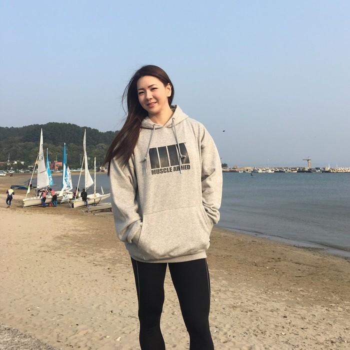 Bila memakai pakaian penuh sekilas orang mungkinn tidak menyadari tubuh kekar Yeon. Foto: Instagram/yeonwoojhi