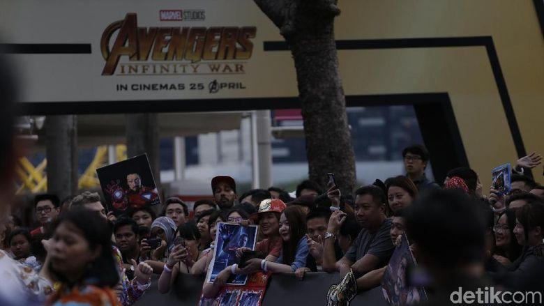 Ratusan fans Avengers dari berbagai negara tampak berkumpul di Marina Bay, Singapura. Para fans pun tak sabar untuk memasuki tempat tersebut. Foto: Avengers Infinity War