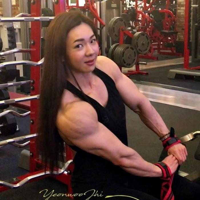 Karena wajah Yeon yang cantik namun memiliki badan kekar, orang-orang memberinya sebutan monster barbie. Foto: Instagram/yeonwoojhi