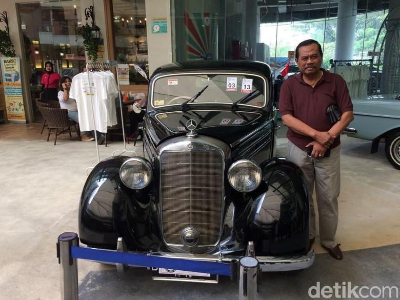 Jaksa Agung M Prasetyo Berpose dengan mobil klasik.  Foto: Khairul Imam Ghozali
