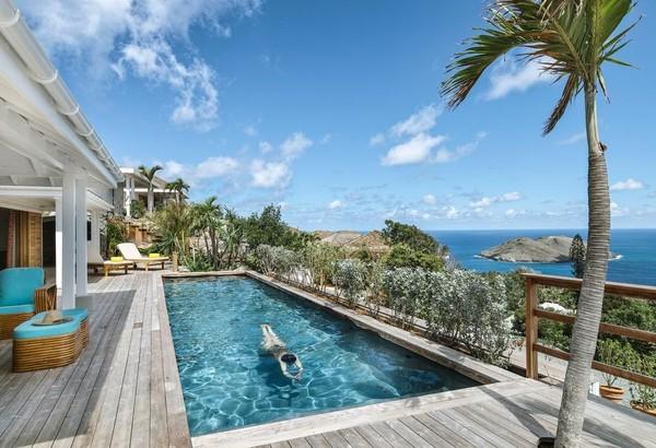Dari pelataran Villa Marie Saint Barth, Saint Barthelemy, Lesser Antilles kamu bisa merasakan alam Karibia dengan pemandangan laut lepas. Hotel ini berada diketinggian dan diapit oelh pohon-pohon yang tinggi. Banyak titik keren untuk hunting foto. (Booking.com)
