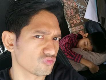 Iseng banget ya Ayah Ibnu, Maula yang lagi tidur lelap diajak wefie. (Foto: Instagram/ @ibnujamilo)