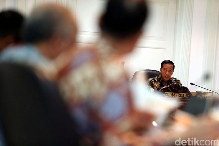 Usai membahas proyek strategis nasional (PSN), Presiden Joko Widodo (Jokowi) melanjutkan rapat terbatas (ratas) mengenai penyediaan rumah, di Kantor Presiden, Jakarta, Senin (16/04/2018).