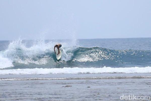 Pantai Tanjung Setia cocok nih untuk yang suka olahraga karena ombaknya mencapai 10 meter lho. Memang, spor surfing di Pantai Tanjung Setia sudah mendunia. (Foto: Mercy Raya)